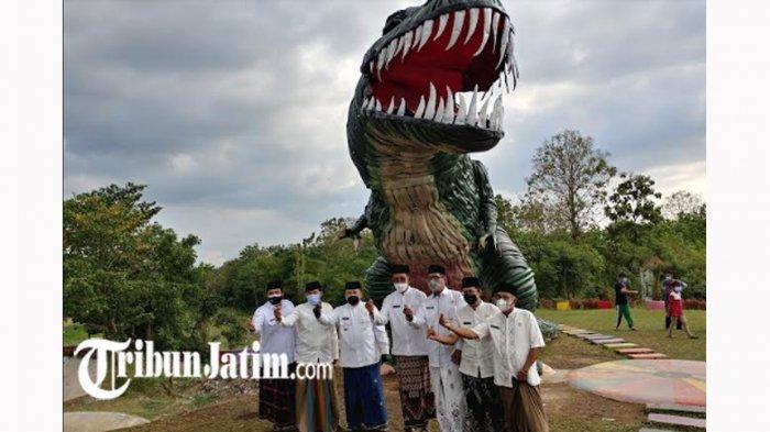 Wira-wiri di Instagram Replika Dinosaurus TPA Pakusari, Terbuat dari Ban Bekas