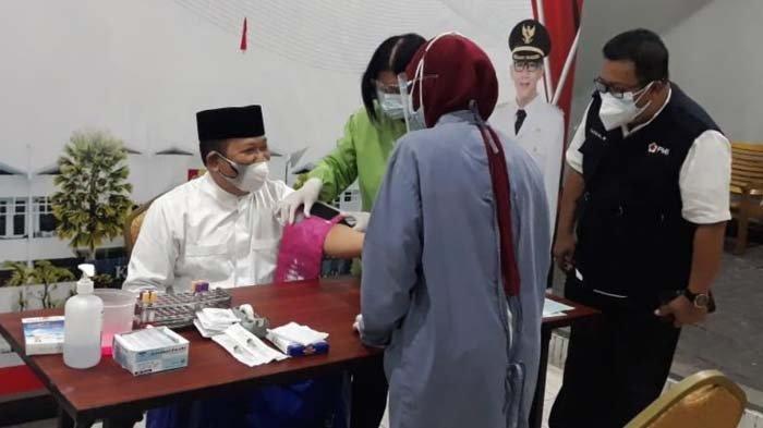 Alumni Covid-19, Bupati Jember Hendy Sumbangkan Plasma Konvalesen Sambil Ajak Penyintas Berdonor