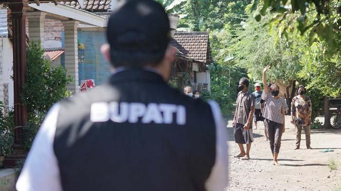 Bupati Kediri, Hanindhito Himawan Pramana mengunjungi dan menyapa warga yang menjalani isolasi mandiri di Desa Jati, Kecamatan Tarokan, Kabupaten Kediri, Kamis (1/7/2021).