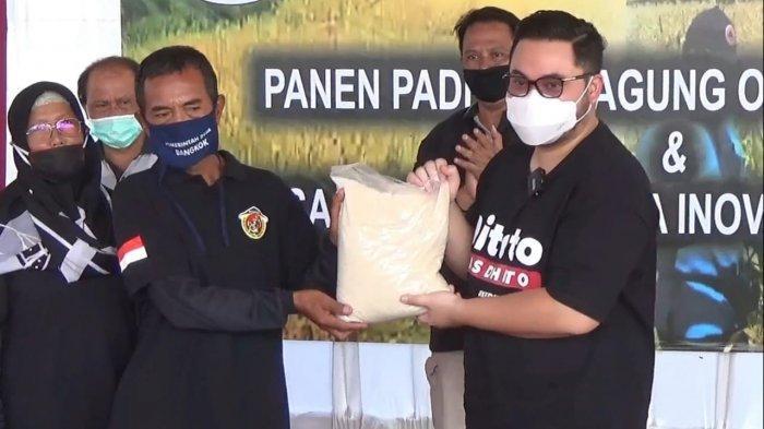 Bupati Kediri Hanindhito Himawan Pramana Panen Raya Jagung dan Padi Hasil Pertanian Organik