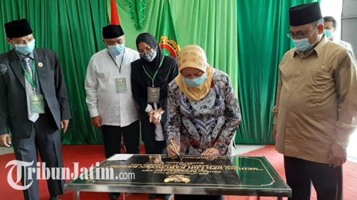 Bupati Kediri Haryanti Sutrisno saat meresmikan Gedung DPD LDII, Sabtu (21/11/2020).
