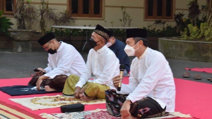 Bupati Lamongan Jadi Imam Solat Jamaah Idul Adha di Sini, Ajudan Bertindak Sebagai Khotib