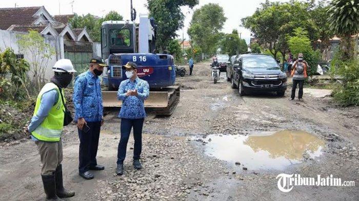 Cek Pembangunan Jalan Rusak Nglongsor-Karangan, Bupati Mas Ipin Minta PUPR Pastikan Kualitas Aspal