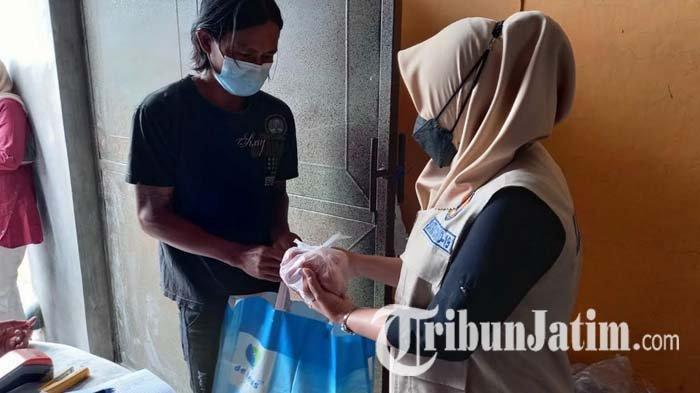 Ada 53.595 KPM di Kabupaten Mojokerto, Bupati Ikfina Fahmawati Ikut Bagikan Langsung Paket Bansos
