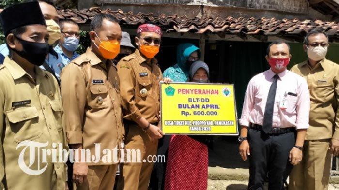 Bupati Pamekasan Blusukan ke Rumah Warga, Serahkan Langsung BLT ke 2 Desa, Per KK Rp 600 Ribu/Bulan