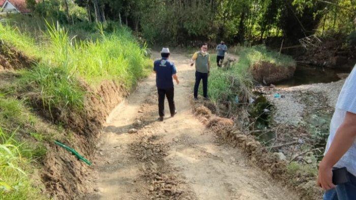 Jalan Desa Bujur Barat ke Pengereman Pamekasan akan Diperbaiki Pemkab 2022, Bupati Cek Langsung