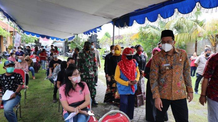Bupati Sidoarjo Ahmad Muhdlor saat meninjau proses vaksinasi di Pura Penataran Agung Margo Wening, Kecamatan Krembung, Sidoarjo.