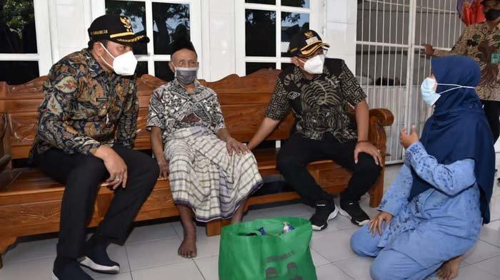 Pemkab Sidoarjo Salurkan Bantuan Sembako dan Uang Tunai untuk Warga Terdampak Pandemi Covid-19