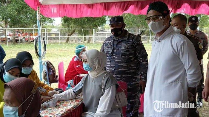 Tinjau Vaksinasi Massal di Stadion Menak Sopal, Bupati Trenggalek Dorong Capaian Target