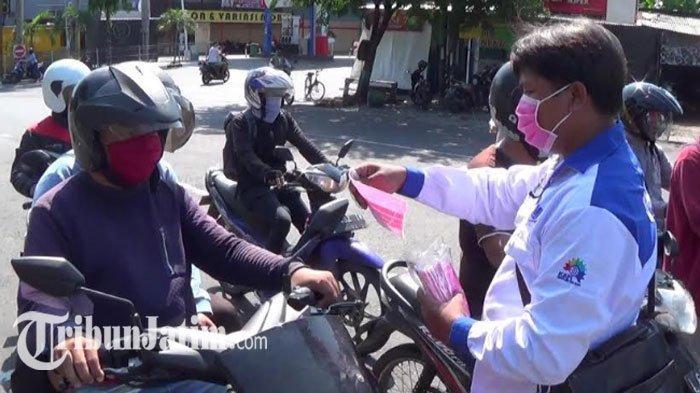 Rayakan Hari Buruh di Tengah Covid-19, FSPMI Jatim Bagikan Ratusan Masker untuk Pengguna Jalan