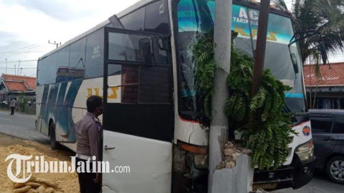 Hindari Mini Bus Belok Kiri Mendadak, Bus Akas Tabrak Tiang Listrik dan Pagar Rumah di Pemekasan