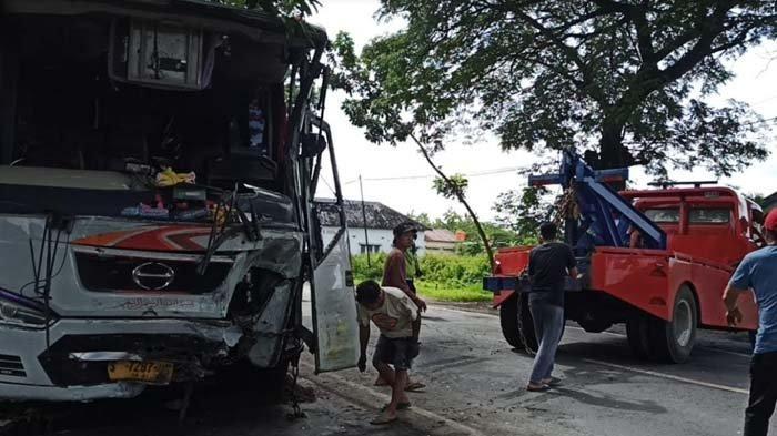 Adu Moncong Bus Mira dan Truk Muat Ayam di Madiun, Satu Orang Tewas, Puluhan Penumpang Luka-luka