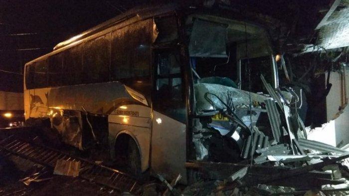 Detik-detik Bus Sugeng Rahayu Tabrak Rumah Warga di Trowulan Mojokerto