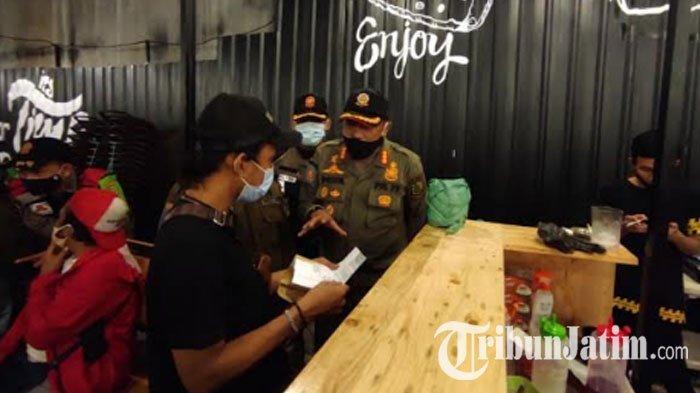 Tak Kantongi SLO dan Melanggar Protokol Kesehatan, Cafe di Empunala Kota Mojokerto Disegel Satpol PP
