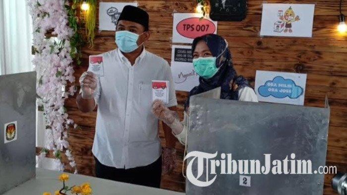 Bersama Istri dan Orangtuanya, Calon Bupati Ngawi Ony Anwar Berjalan Kaki untuk Nyoblos di TPS 007