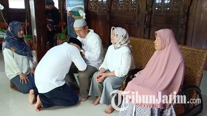 Sebelum Mencoblos di TPS, Calon Bupati Ngawi Ony Anwar dan Sang Istri Sungkem ke Orangtua
