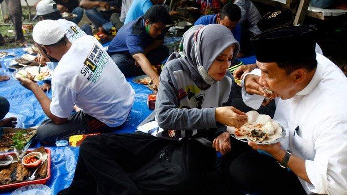 Hari Terakhir Kampanye Pilkada Sidoarjo 2020, BHS-Taufiqulbar dan Istri Bakar Ikan Bareng Nelayan