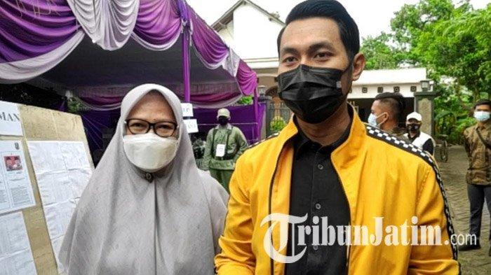 Bersama Ibunda, Calon Bupati Tuban Aditya Halindra Faridzki Datang Mencoblos ke TPS 9 Jam 09.00 WIB