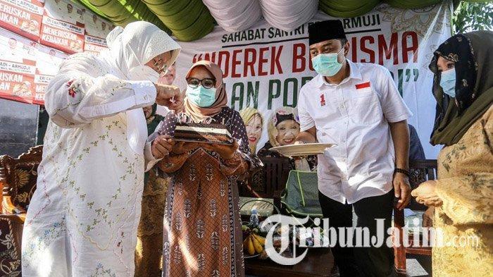 Kawal Eri Cahyadi Kampanye di Keputih Surabaya, Tri Rismaharini Dapat Kejutan Kue Ultah dari Ibu-ibu