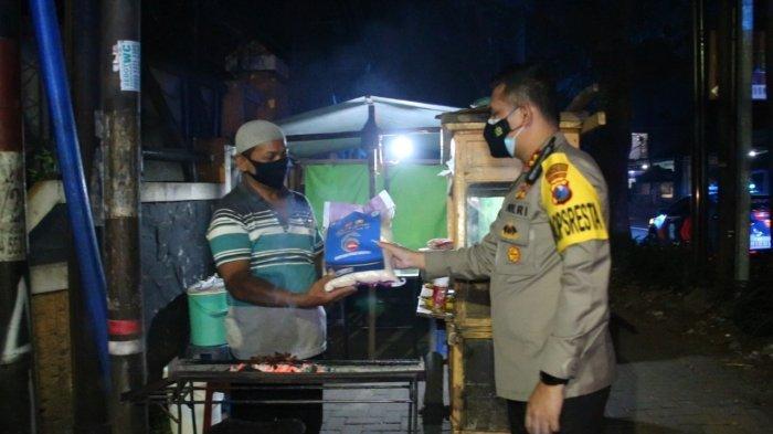 Bantu PKL dan Tempat Usaha Terdampak PPKM Darurat, Kapolresta Malang Kota Bagikan Bantuan