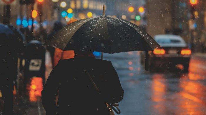 6 Cara Menjaga Rumah Tetap Hangat Saat Musim Hujan, Salah Satunya Gunakan Tirai yang Lebih Tebal