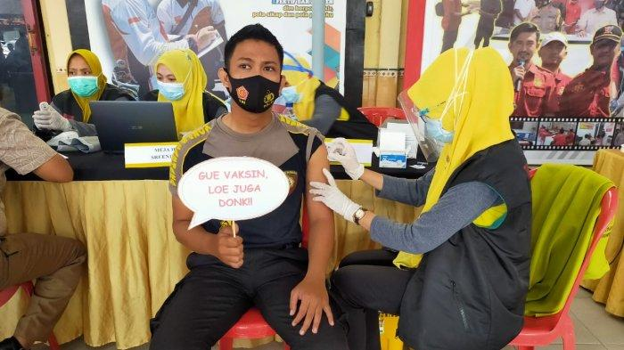 Gunakan Cara Unik, Ratusan Anggota Polres Sampang Jalankan Vaksinasi Covid-19