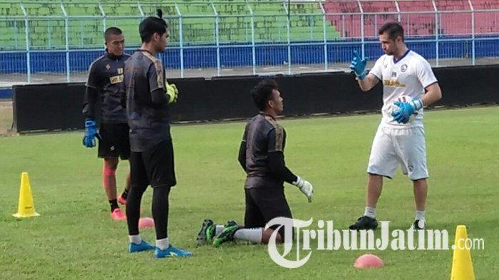 TERPOPULER BOLA: Performa Penjaga Gawang Arema FC Melempem hingga Inter Milan Kembali Jaga Jarak