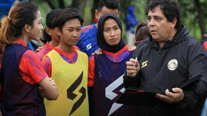 Carlos Oliveira Berkunjung ke Latihan Arema FC Putri, Beri Suntikan Moril Shafira Ika Putri dkk