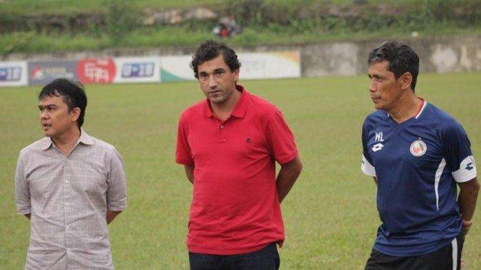 Eduardo Almeida (tengah)