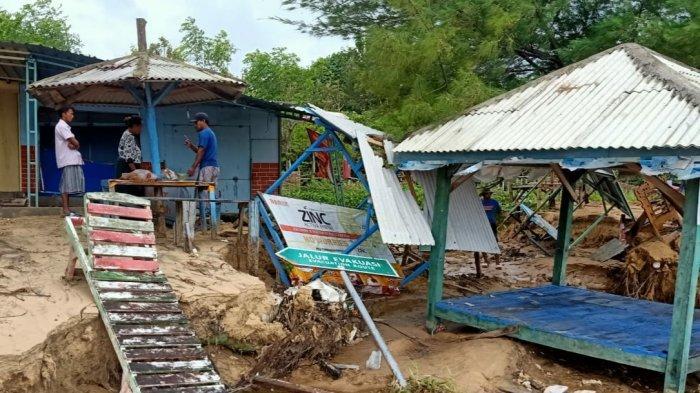 Cuaca Ekstrem, Fasilitas Wisata Pantai Lon Malang Porak Poranda, Penjaga Pantai Histeris Ketakutan