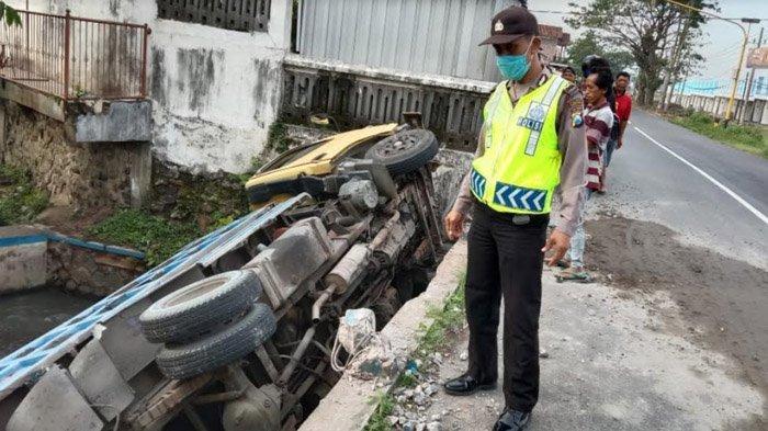 Sopir Mengira Jalan 3 Lajur, Truk Tulungagung Tabrak Pembatas Jembatan, Nyemplung Sungai & Terguling