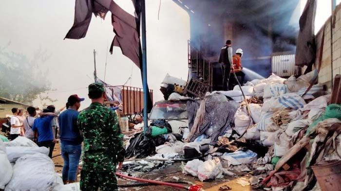 Gudang Penampungan Barang Bekas di Mojokerto Hangus Terbakar, Satu Pekerja Pingsan Karena Hirup Asap