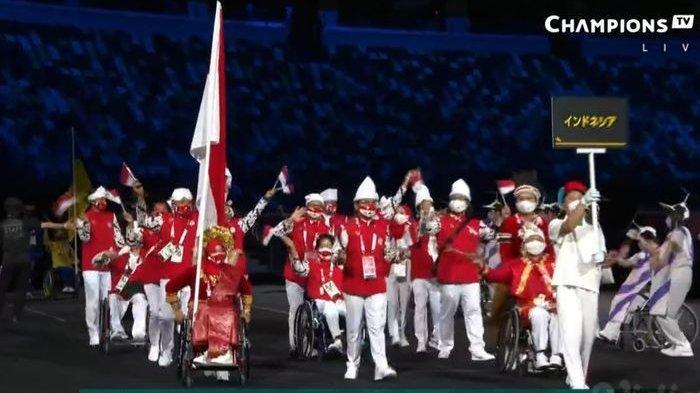 Defile kontingen Indonesia pada upacara pembukaan Paralimpiade Tokyo 2020 di Stadion Olimpiade Baru, Tokyo, Jepang, 24 Agustus 2021.