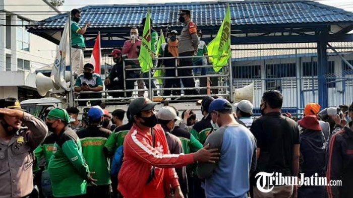 Demo Buruh Pabrik New Era Tuntut Gaji 4 Bulan, Ada Tangis Ibu Tunggal 2 Anak: Semoga Dibayar