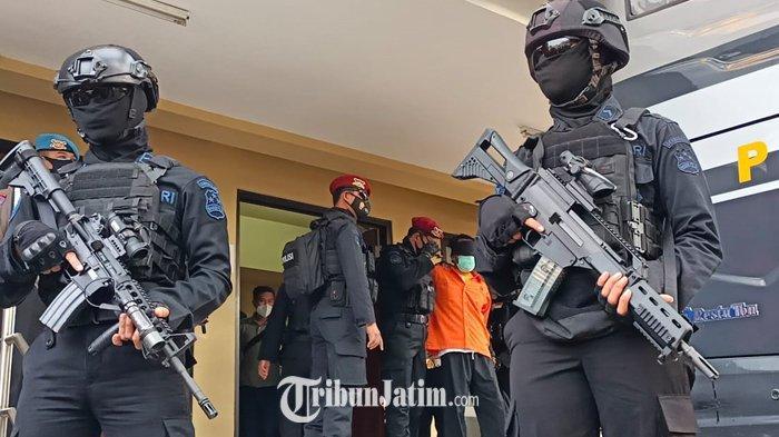 Dalami Keterlibatan Kelompok Teror, 11 Terduga Teroris Jatim Diberangkatkan ke Mabes Polri Jakarta