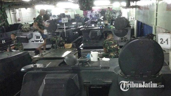 Belasan Kendaraan Tempur Siap Diterjunkan untuk Latihan Perang Armada Jaya ke-37 di Pantai Banongan