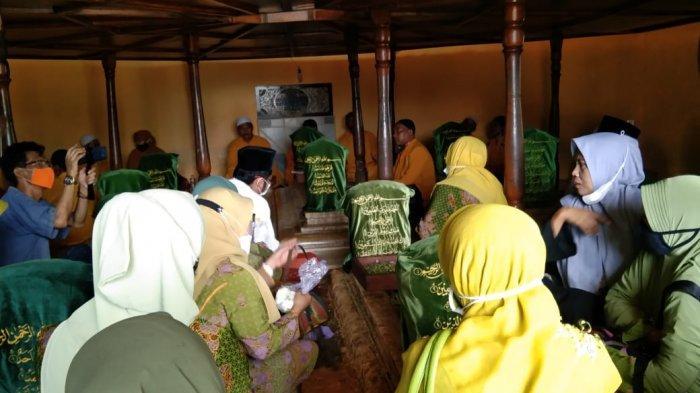 Wakil Bupati Sumenep Terpilih Penuhi Janji Jalankan Nazar, Dewi Khalifah Ziarah ke Makam Wali