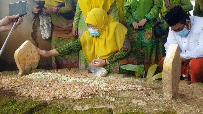 Pengakuan Wakil Bupati Sumenep Terpilih Saat Jalankan Nazar, Air Mata Tumpah di Makam Almarhum Suami