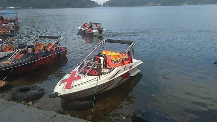 Harga Tiket Masuk Telaga Ngebel & Bukit Cumbri, Bisa Naik Speedboat dan Berfoto di Batu-batu Besar