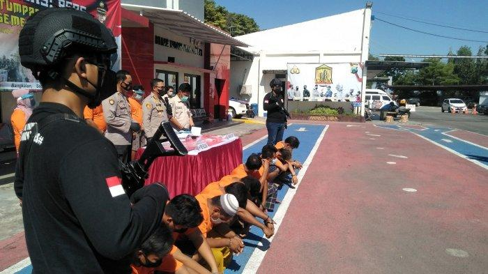 Tanpa Alas Kaki, Tersangka Narkoba Menggeliat Kepanasan Saat Konferensi Pers di Mapolres Bangkalan