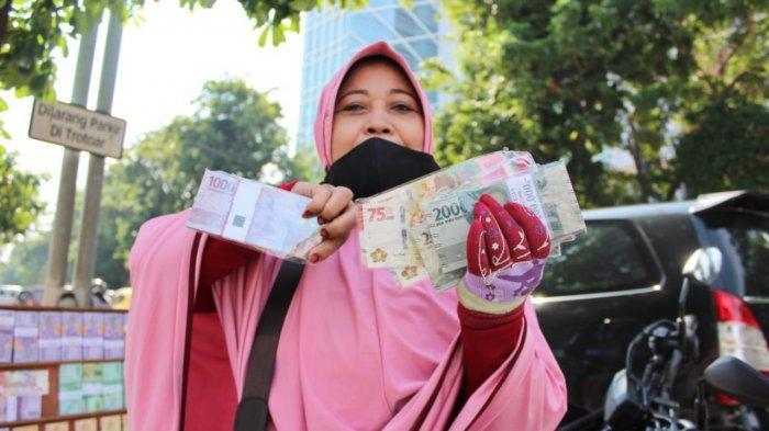 Alasan Warga Surabaya Pilih Tukar Uang Baru di Lapak Dadakan Pinggir Jalan, 'Gak Ribet'