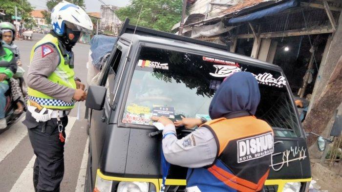 Pantau Mobilitas Angkutan Barang Keluar Masuk Pasar, Polisi Surabaya Beri Label Ratusan Mobil