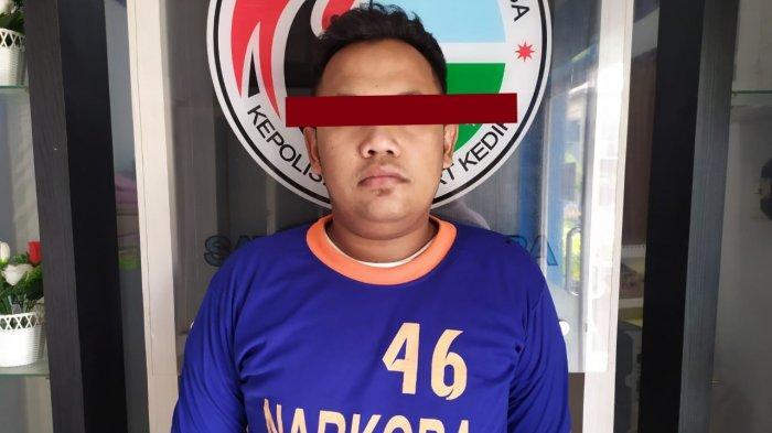 Pria Kediri Ini Kaget Polisi Gerebek Rumahnya, Tak Berkutik saat Polisi Temukan Ratusan Pil di Baju