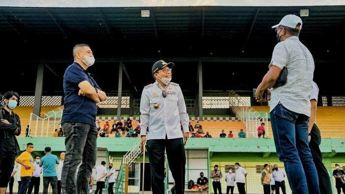 DIrektur Utama PSM Makassar, Munafri Arifuddin (kanan), bersama Wali Kota Parepare, Taufan Pawe (tengah), saat meninjau Stadion Gelora BJ Habibie, Rabu (8/9/2021) sore. Stadion BJ Habibie rencananya akan menjadi markas PSM di Liga 1 Indonesia musim depan.