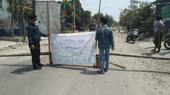 Protes Jalan Rusak, Warga Benjeng Gresik Nekat Tutup Jalan