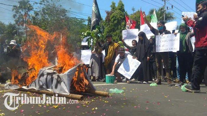 Mahasiswa Bakar Keranda Mayat Depan KantorDPRD Bondowoso,Protes UU Omnibus Law: Banyak Cacat