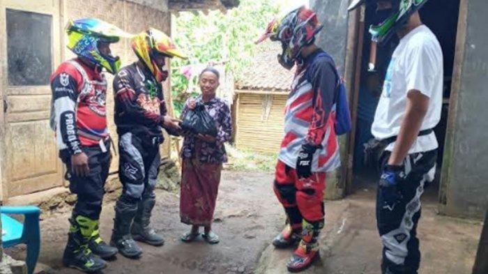 Anggota DPRD Jatim Ini Gandeng Komunitas Motor Trail, Bagikan Bantuan Covid-19 di Daerah Terpencil