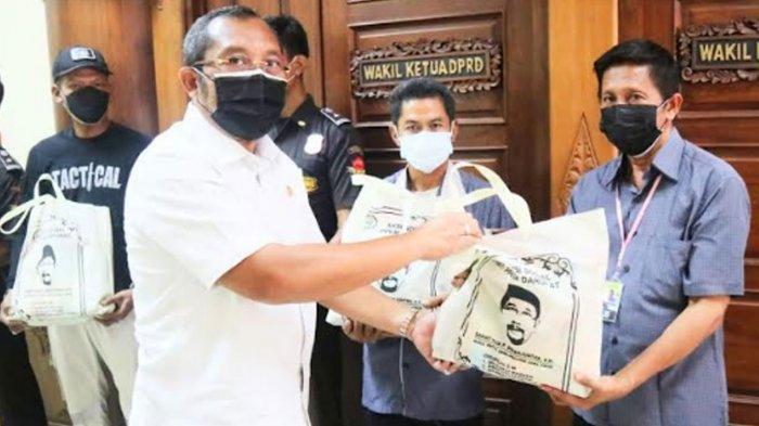 Ringankan Beban Warga Terdampak Covid-19, Wakil Ketua DPRD Jatim Bagikan Ribuan Paket Sembako