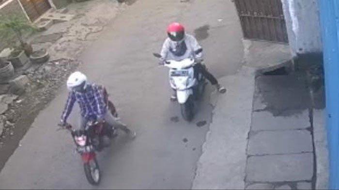 NEWS VIDEO: Pemilik Baru Pulang Salat Ied di Surabaya, Motor Honda Beatnya Raib Digondol 2 Maling