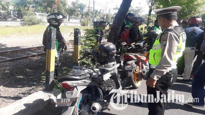 Pohon Lamtoro Tiba-tiba Timpa Dua Motor yang Melintas di Jl A Yani Surabaya, Satu Pengendara Tewas